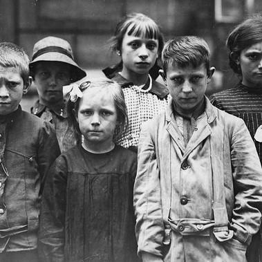 Bambini rifugiati al Grand Val, vicino a Parigi, dove la Croce Rossa Americana ha istituito una casa per loro