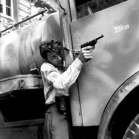 Un membro delle F.F.I. (Forze Francesi dell'Interno) durante i primi combattimenti per la liberazione di Parigi sull'Ile de la Cité, vicino alla prefettura di polizia