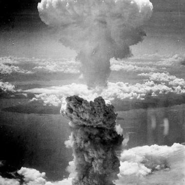 """""""Una densa nuvola di fumo si solleva a più di 60.000 piedi nell'aria sopra il porto giapponese di Nagasaki, risultato di una bomba atomica, la seconda mai usata in tempo di Guerra, sganciata sul centro industriale, l'8 agosto 1945, da un B-29 Superfortress degli Stati Uniti"""""""