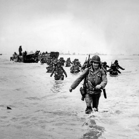Soldati americani sbarcano in Normandia per andare in rinforzo dell'avanzata alleata