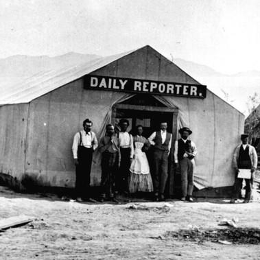 Lo staff del giornale Daily Reporter davanti al tendone adibito a redazione   Corinne, Contea di Boxelder, Territorio dello Utah 1869 Foto di William H. Jackson, pittore, veterano della Guerra Civile, fotografo al seguito delle esplorazioni scientifiche e uno dei primi a ritrarre l'Ovest degli Stati Uniti Courtesy National Archives