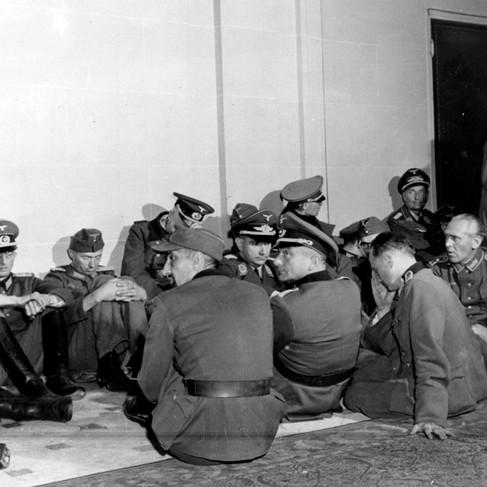 Ufficiali tedeschi catturati da membri delle F.F.I. durante i combattimenti per la liberazione di Parigi in una delle sale dell'hotel Majestic, ex quartier generale della Wehrmacht in Avenue Keleber