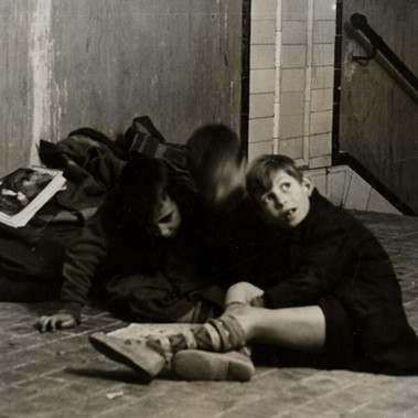 Ragazzini rifugiati in una stazione della metropolitana durante un bombardamento