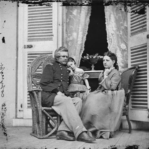 Il Generale Edward O.C. Ord (1818/1883) con moglie e figlia presso la residenza di Jefferson Davis a Richmond. Dalla porta è visibile il tavolo su cui fu firmata la resa del generale Robert E. Lee