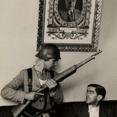"""Il Sindaco impartisce ordini a un miliziano """"dopo il trionfo del Governo"""""""