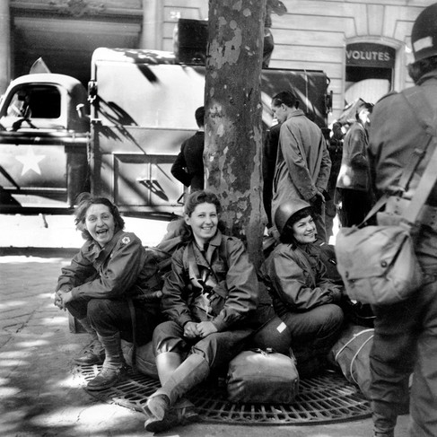 Donne soldato americane appartenenti alla Women's Army Corps (W.A.C.) a Parigi subito dopo la liberazione della città