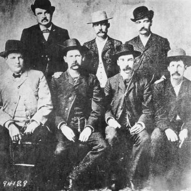 Gli sceriffi di Dodge City (Kansas). Da sinistra a destra: C. Bassett, W. H. Harris, W. Earp, L. Short, L. McLean, B. Masterson, N. Brown. La foto, scattata nel 1890, è di Camillus Sydney Fly, fotografo famoso per essere stato testimone dei giorni violenti di Tombstone e della sfida all'O.K. Corral che avvenne proprio davanti al suo studio  Courtesy National Archives