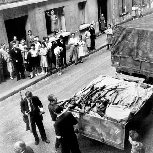Rifornimento di fucili e munizioni ai rivoltosi che si stanno preparando a combattere l'esercito prima dell'arrivo delle forze alleate