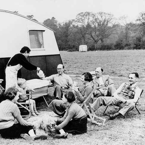 Membri di un Camping Club prendono il tea
