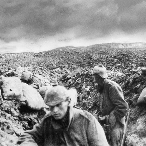 Il deserto dentro e fuori. Soldati tedeschi in una trincea sul campo di battaglia di Fort Douaumont (sulla collina sullo sfondo), una delle piazzeforti di Verdun