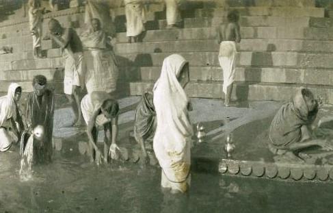 Vedove che si purificano nel fiume Gange