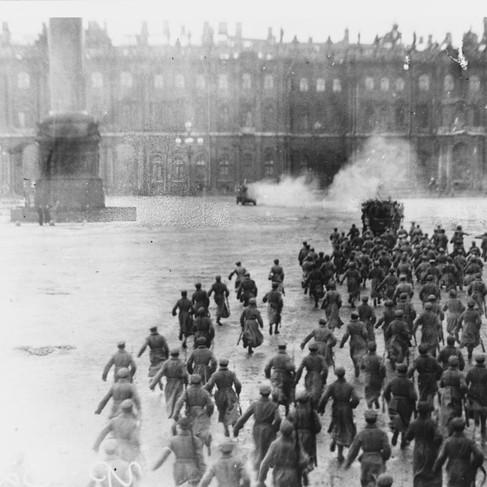 La presa del Palazzo d'Inverno da parte delle forze rivoluzionarie bolsceviche nella notte tra il 7 e l'8 novembre (25-26 ottobre secondo il calendario giuliano)