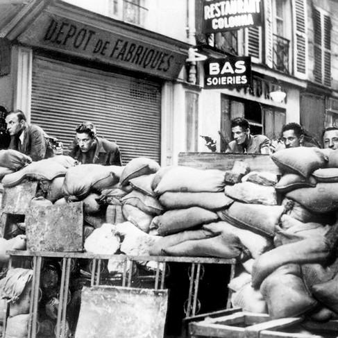 Barricate nelle strade di Parigi durante la liberazione della città