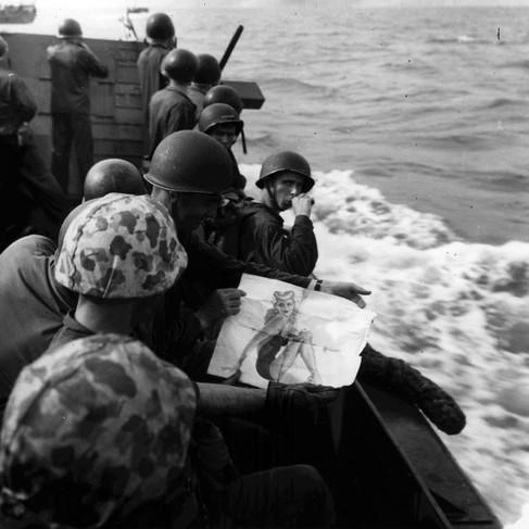 Un mezzo anfibio trasporta i marines sulla spiaggia di Tarawa