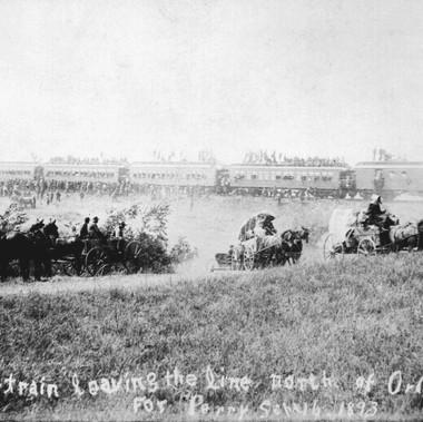 """""""Il primo treno e i primi carri che partono verso Nord da Orlando in direzione di Perry""""   Territorio dell'Oklahoma 16 settembre 1893 Autore sconosciuto Courtesy National Archives"""