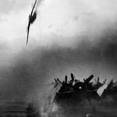 """""""Un Kamikaze giapponese manca la portaerei USS Sangamon andandosi a schiantare sulla fiancata della nave"""" al largo delle Isole Ryukyu"""