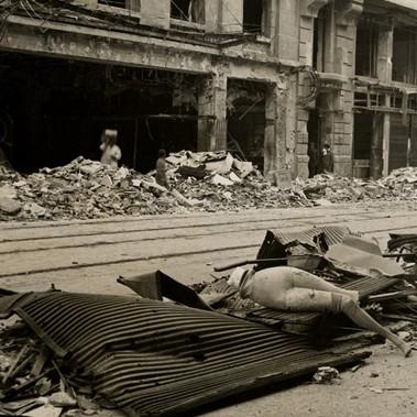 Una strada distrutta dai bombardamenti nei pressi di Calle Mayor