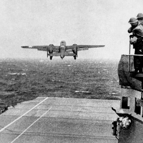 """""""Il decollo dal ponte della USS Hornet di un B25 dell'esercito che prende parte al primo raid aereo degli Stati Uniti sul Giappone"""" in seguito Doolittle Raid"""