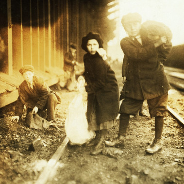 """Mentre rubano carbone dal deposito della ferrovia"" ""Stealing coal from railroad coal-yard"" 29 gennaio 1917 Boston, Massachusetts, USA Foto di Lewis Wickes Hine © Courtesy Library of Congress, Prints & Photographs Division, National Child Labor Committee Collection"