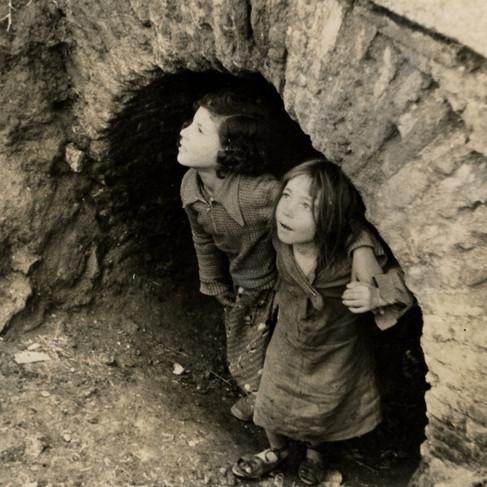 """""""Bambine cercano rifugio all'arrivo degli aerei fascisti"""""""