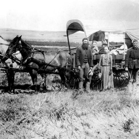 Una famiglia posa davanti al tipico carro coperto utilizzato durante la grande migrazione verso Ovest  Loup Valley, Nebraska 1886 Autore sconosciuto Courtesy National Archives