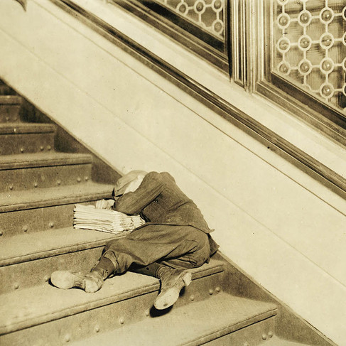 """""""Strillone addormentato sulle scale con giornali"""" """"Newsboy asleep on stairs with papers"""" Novembre 1912  Jersey City, New Jersey, USA Foto di Lewis Wickes Hine © Courtesy Library of Congress, Prints & Photographs Division, National Child Labor Committee Collection"""