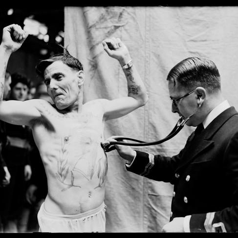 Esami medici prima dell'imbarco di un riservista della Royal Navy: ne furono richiamati 12.000, la più grande chiamata alle armi in tempo di pace che avesse mai avuto l'Inghilterra
