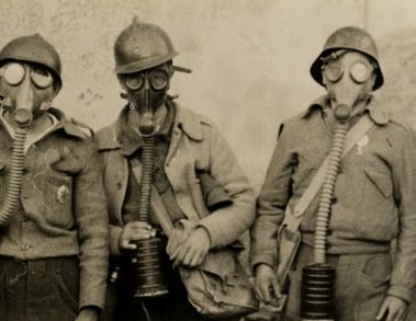 Soldati con maschera antigas