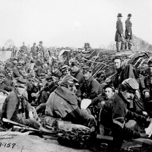 Soldati unionisti trincerati lungo la riva occidentale del fiume Rappahannock a Fredericksburg