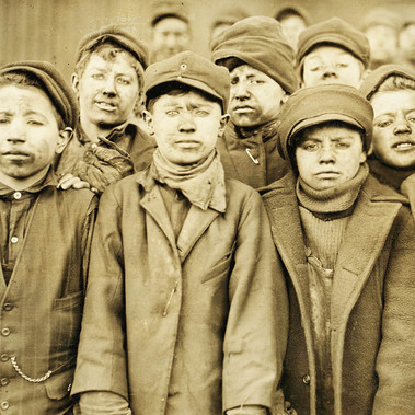 """Ragazzi minatori al pozzo n. 9, Distretto di Hughes Town, Pa. Coal Co. Il ragazzo più piccolo è Angelo Ross"" ""Breaker boys in #9 Breaker, Hughestown Borough, Pa. Coal Co. Smallest boy is Angelo Ross""  Gennaio 1911  Pittston, Pennsylvania, USA Foto di Lewis Wickes Hine © Courtesy Library of Congress, Prints & Photographs Division, National Child Labor Committee Collection"