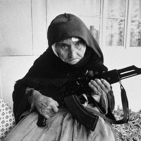 Donna armena fa la guardia armata davanti a casa sua durante gli scontri tra Armenia e Azerbaijan per il Nagorko-Karabakh