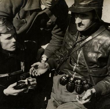 Due soldati dei corpi anticarro in una postazione repubblicana