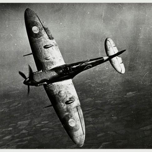 L'aeroplano da combattimento Spitfire fu progettato da Reginal Mitchell (1895-1937) e sviluppato da un idrovolante da corsa, il Supermarine S6B, che vinse il trofeo Schneider nel 1931. Il primo prototipo ha volato nel 1936, il primo esemplare del velivolo fu consegnato alla RAF nel giugno 1938. Durante la seconda guerra mondiale sono state prodotte parecchie versioni migliorative dello Spitfire. Il numero di apparecchi costruiti nel 1947 ammontava a 20.000 esemplari