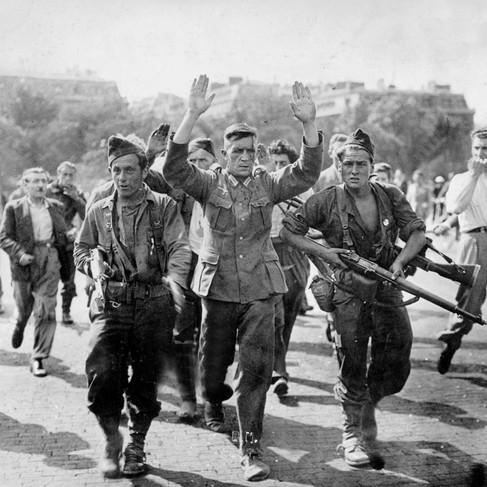 Soldati tedeschi catturati da membri delle F.F.I. durante i combattimenti per la liberazione di Parigi