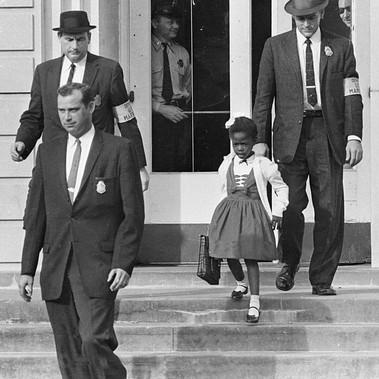Ruby Bridge esce dalla William Frantz Elementary School scortata dagli sceriffi federali per proteggerla da atti di violenza degli attivisti bianchi a favore del permanere della segregazione razziale all'interno delle scuole pubbliche