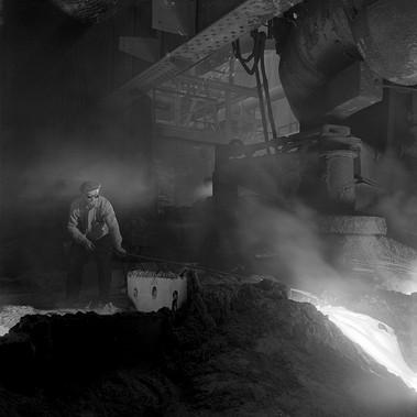 Un operaio al lavoro all'interno di uno stabilimento di produzione dell'acciaio: fino agli anni '60 la città di Consett ne è stata uno dei principali produttori mondiali