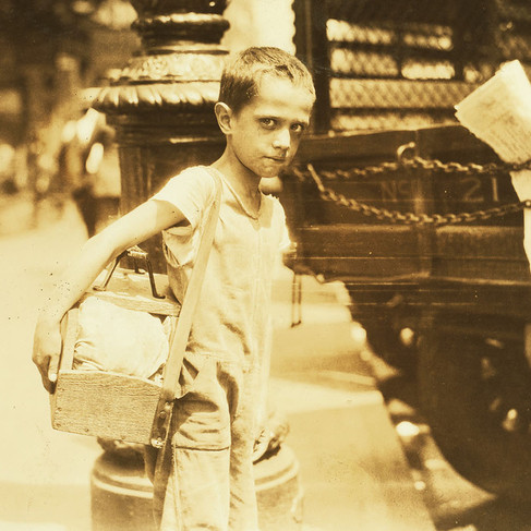 """""""Tommie, giovanissimo lustrascarpe, Canal Street, New York City. Alcuni di questi giovani non conoscono la loro età né quanto guadagnano"""" """"Tommie, very young shiner, Canal Street, New York City. Some of these youngsters do not know their ages nor how much they earn"""" 25 luglio 1924 New York, NY, USA Foto di Lewis Wickes Hine © Courtesy Library of Congress, Prints & Photographs Division, National Child Labor Committee Collection"""