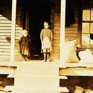 """Una casa a Cherryville. Poco prima di andare a lavorare"" ""A home in Cherryville. Soon to go to work"" Novembre 1908 Cherryville, North Carolina, USA Foto di Lewis Wickes Hine © Courtesy Library of Congress, Prints & Photographs Division, National Child Labor Committee Collection"