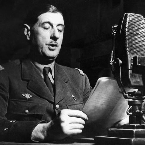 Dai microfoni della BBC, il generale Charles De Gaulle lancia l'appello ai Francesi di resistere dopo la resa della Francia alla Germania