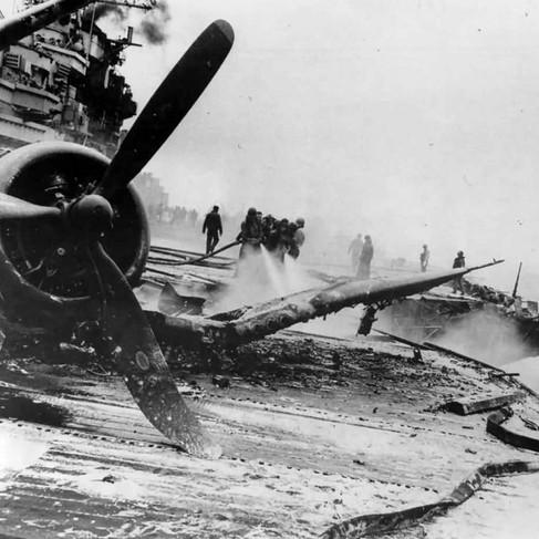 La portaerei USS Hancock colpita da una bomba lanciata da un aereo giapponese