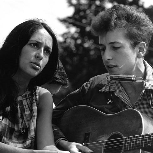 Joan Baez e Bob Dylan, giovanissimi, alla Marcia per i Diritti Civili nella capitale degli Stati Uniti