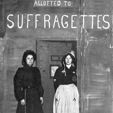 Agente carcerario con una prigioniera di fronte alla sezione che ospita le suffragette