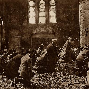 Messa per le truppe britanniche prima di un combattimento, tenuta da un prete locale, tra le macerie di una chiesa dilaniata dalla guerra
