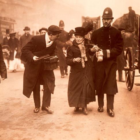 Una suffragette mentre viene arrestata