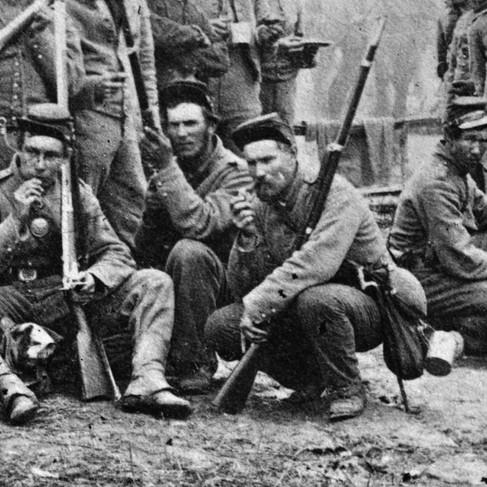 Gruppo di soldati sudisti in un campo di granoturco