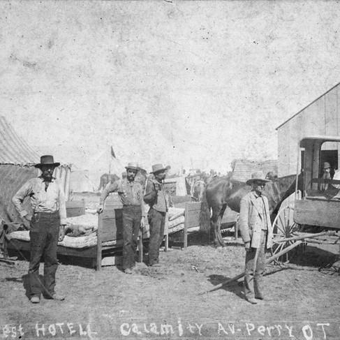 """Hotel Wild West, Calamity Av., Perry, 0. T. [Territorio dell'Oklahoma], sett. 93""""  Autore sconosciuto Courtesy National Archives"""