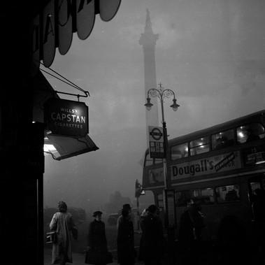 Smog nella via londinese di Strand, nel distretto urbano di Westminster