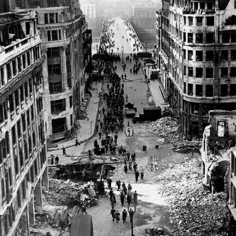 """""""Il Ponte di Londra non è stato distrutto. Le bombe hanno scavato dei crateri ma i lavoratori della City possono ancora attraversarlo per raggiungere i loro uffici"""""""