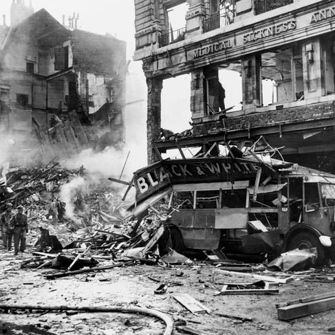 Un autobus a due piani distrutto dalle bombe tedesche durante un raid