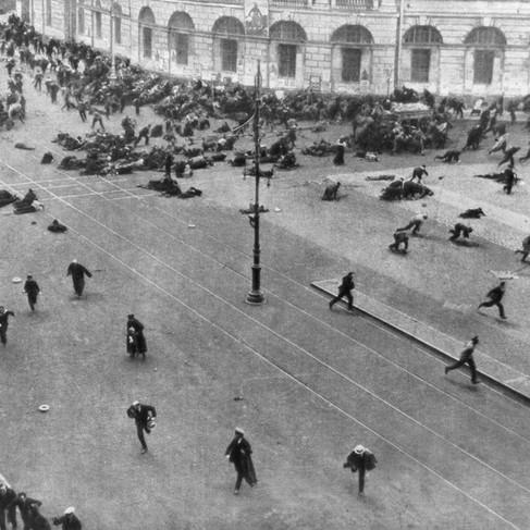 Combattimenti nelle strade di Pietroburgo durante il primo tentativo dei bolscevichi di rovesciare il governo democratico provvisorio e prendere il potere
